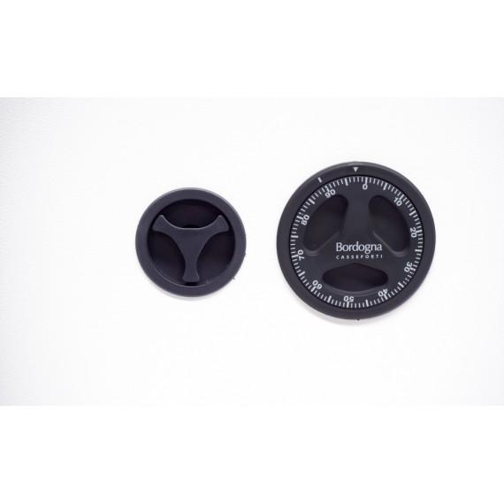 Tipo di chiusura Combinazione meccanica Tipologia cassaforte a muro Certificazione EN 1143-1 Livello 0